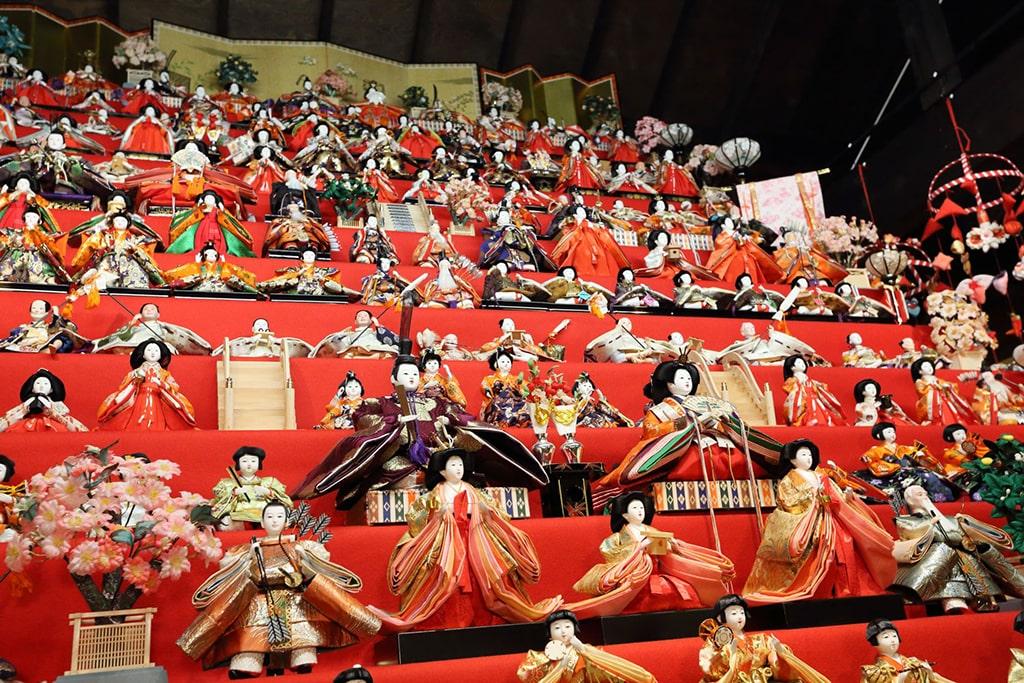 Exposition traditionnelle de poupées sur un escalier rouge pour Hina matsuri