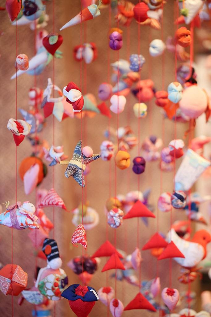 Gros plan sur des décorations en tissu installées pour le Jour des filles au Japon