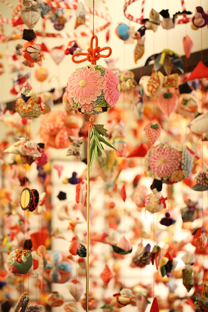 Détails de décorations colorées en tissu pour Hina matsuri