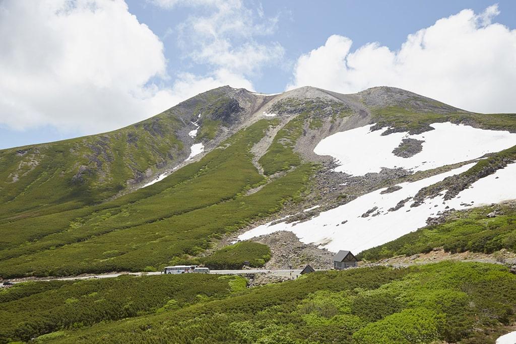 Paysage de montagnes à la fonte des neiges au printemps