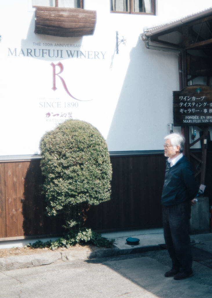Devant le vignoble de Marufuji à Yamanashi
