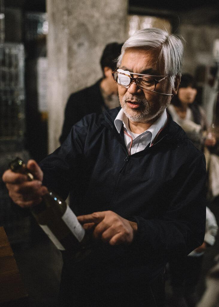 Sélection d'une bouteille de vin au vignoble de Marufuji