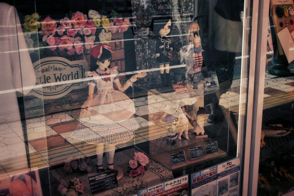 Figurines d'anime japonais dans une vitrine à Den Den Town