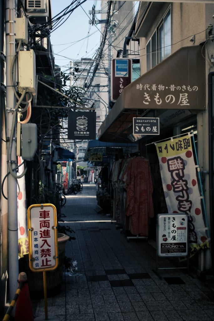 Magasin de kimono dans une ruelle à Osaka