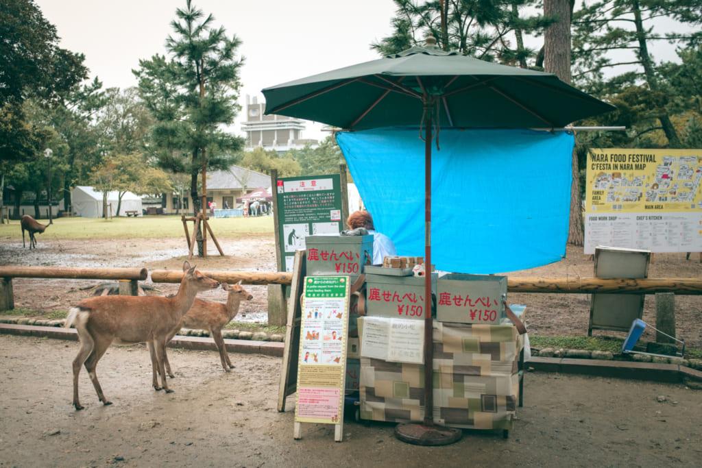 Un stand vendant des crackers de riz pour daims dans le Parc de Nara