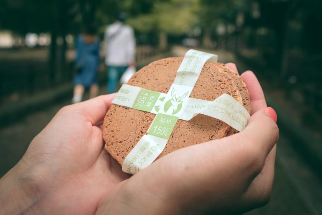Les shika senbei, des crackers de riz dont raffolent les daims de Nara