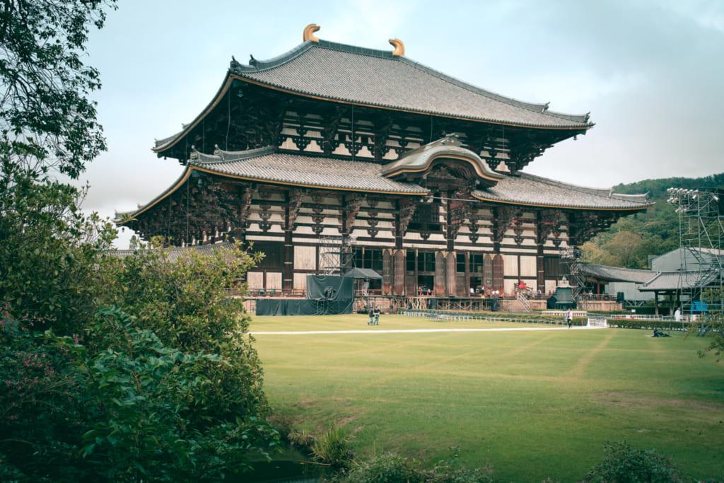 Le plus grand bâtiment en bois du monde dans le parc de nara : le daibutsu-den