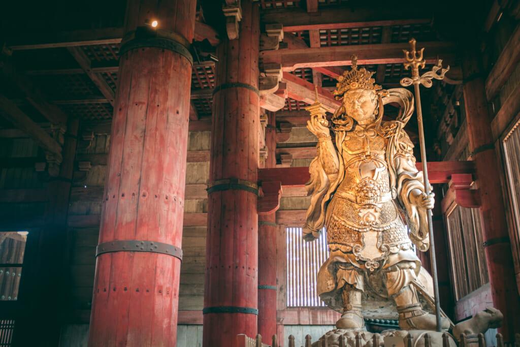 L'un des gardiens veillant sur le grand bouddha de Nara