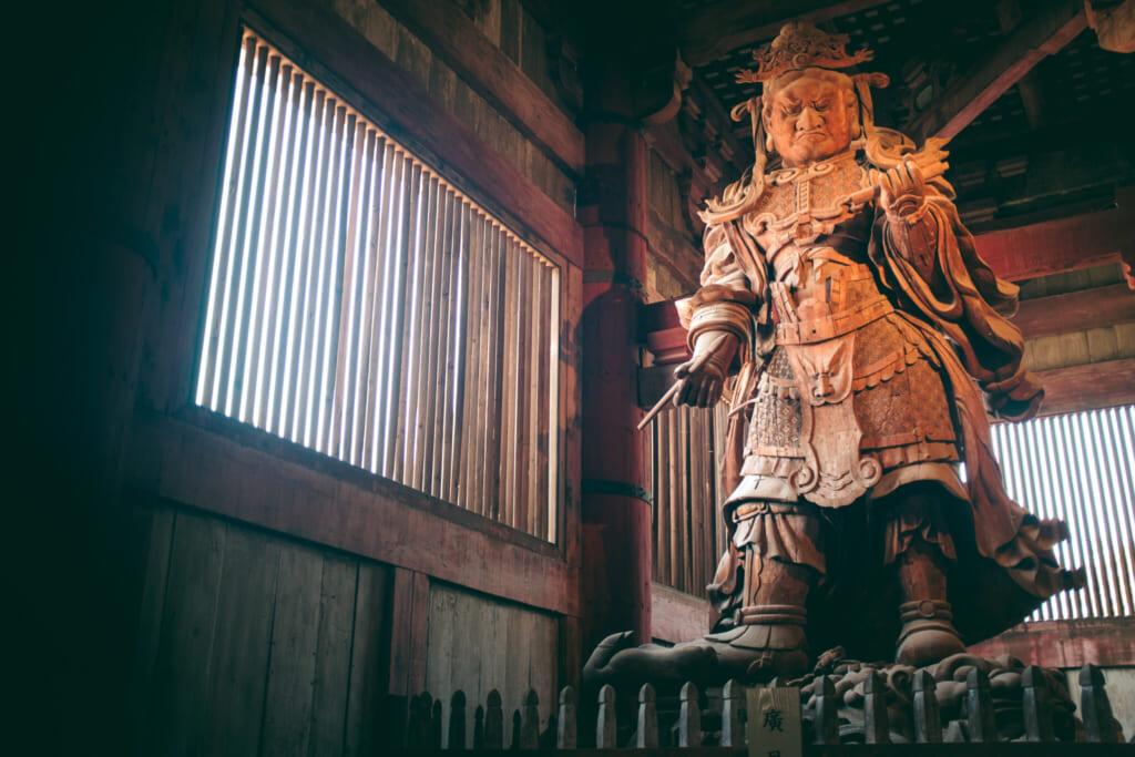L'une des statues à l'intérieur du Daibutsu-den