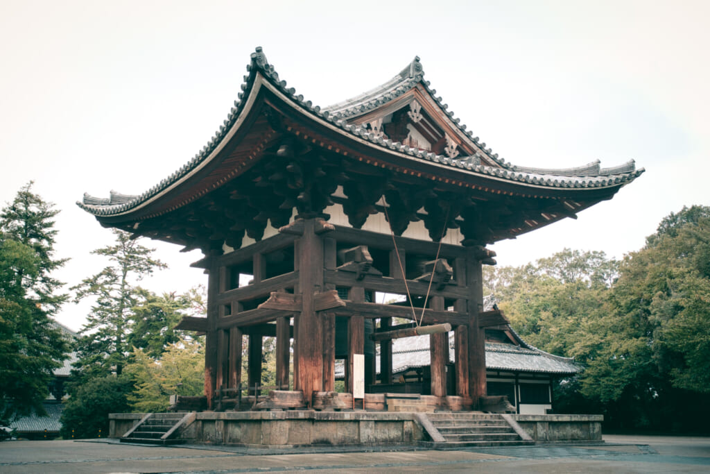 Le closher du temple bouddhiste todai-ji dans le parc de Nara