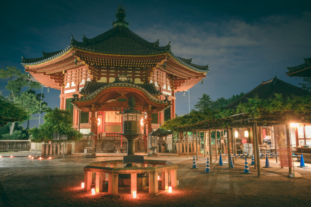 Narendo, l'un des bâtiment du temple Kofukuji dans le parc de Nara durant le festival des lanternes de Nara