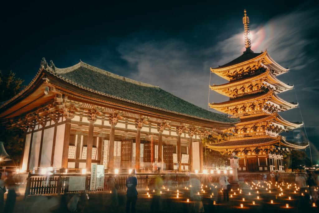 Le temple de kofuku-ji et sa célèbre pagode à 5 étages durant les illuminations du festival Nara Tokae