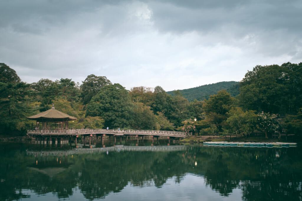 Le pavillon flotant ukumido sur l'étang Sagiike