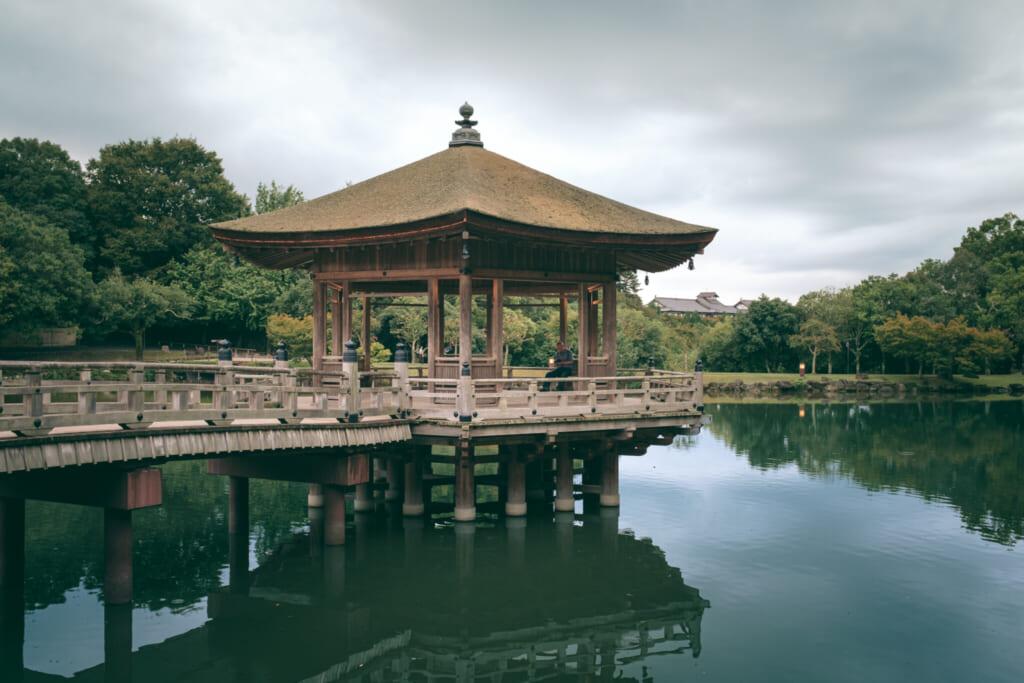 Un magnifique pavillon japonais en bois dur un étang du parc de Nara