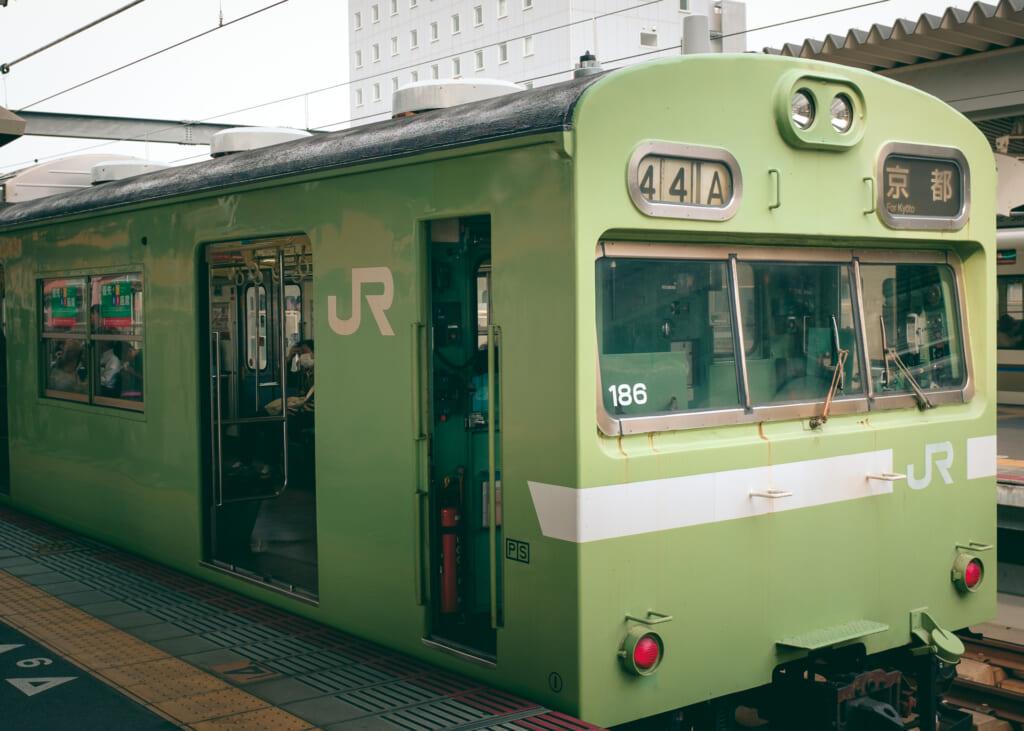 train de la ligne JR faisant la navette entre Nara et Kyoto