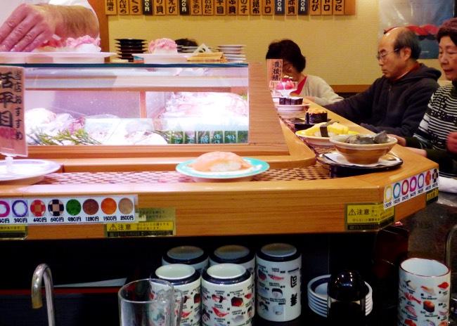Restaurant de sushis sur tapis roulant avec des options pour les végétariens