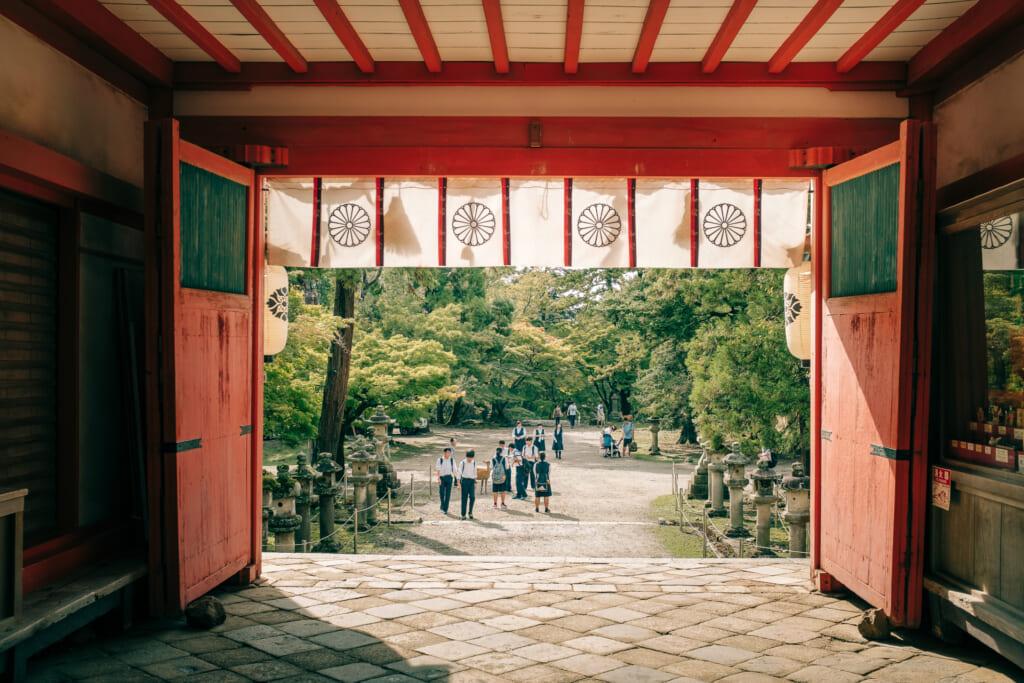Une des portes du sanctuaire kasuga taisha dans le parc de Nara