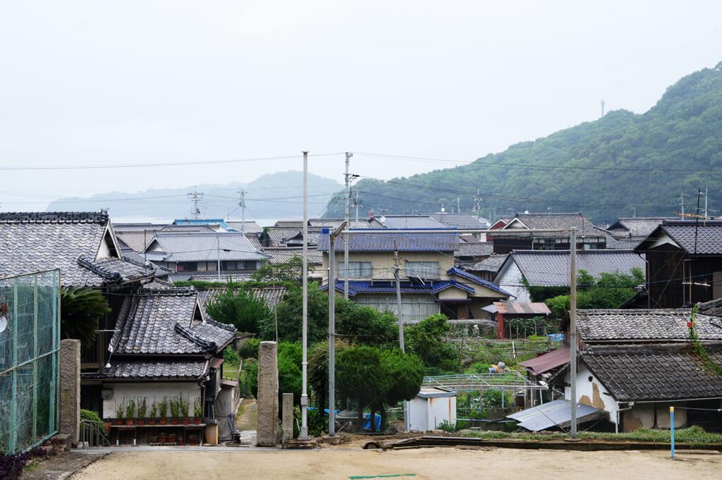 Vue sur le village de pêcheurs japonais depuis la cour de l'école de Manabeshima