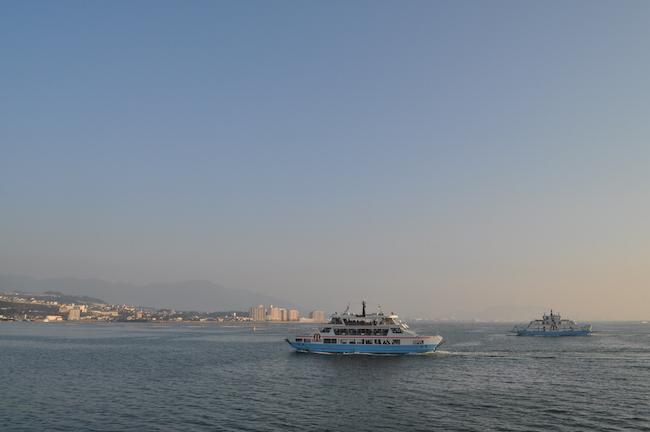 un ferry faisant la navette entre hiroshima et l'île de miyajima