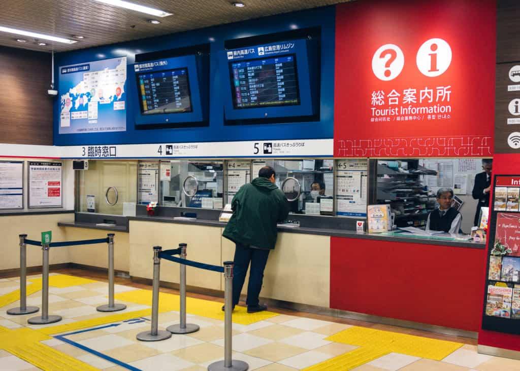 un guichet où acheter des pass régionaux à hiroshima