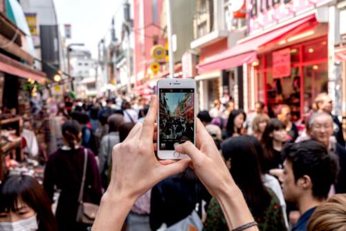 utiliser le wifi au japon avec son téléphone dans les rues de tokyo