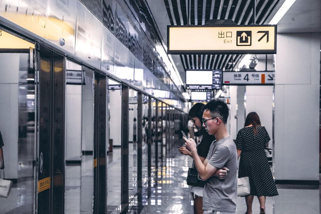 Japonais utilisant son téléphone dans le métro