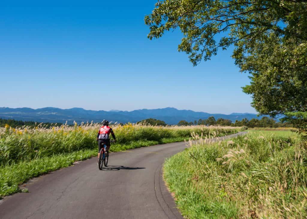 balade en vélo dans la campagne japonaise pour un voyage responsable