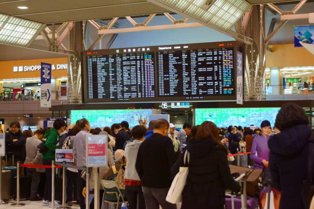 Devant le contrôle de sécurité de l'aéroport japonais international de Narita, près de Tokyo