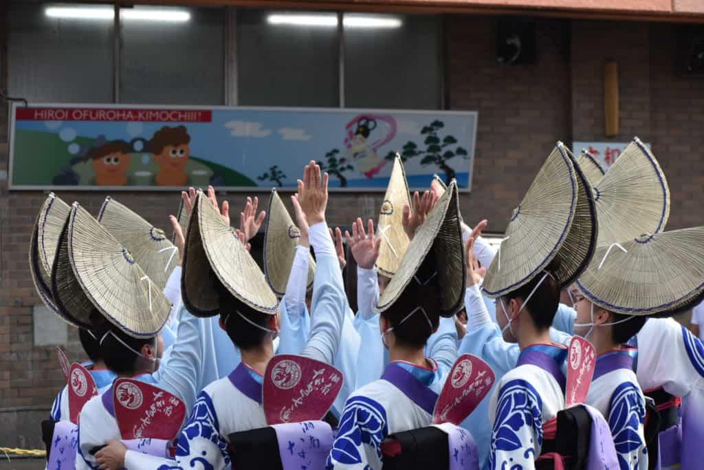 danseuses en kimono durant un festival au Japon