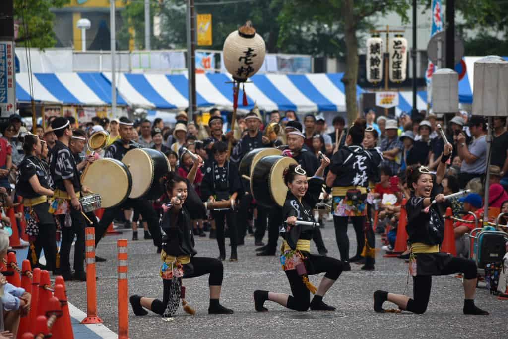 danseurs et musiciens traditionnels durant un festival au Japon