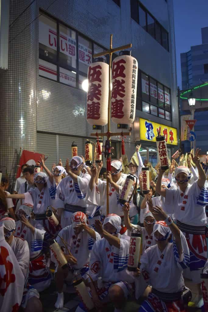 Danseurs japonais à la fin du festival de danse de yamato