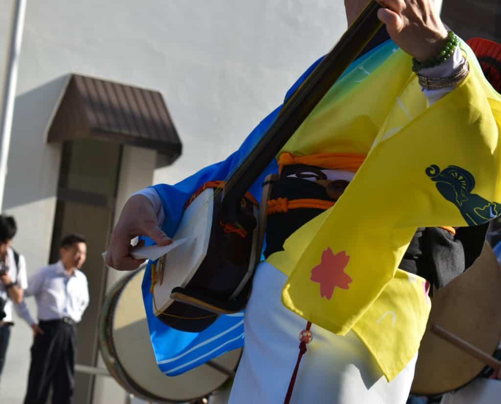 le shamisen, un instrument traditionnel japonais utilisé durant les festivals