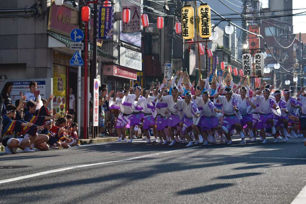 Danse en groupe lors du festival Awa Odori à Yamato, au Japon