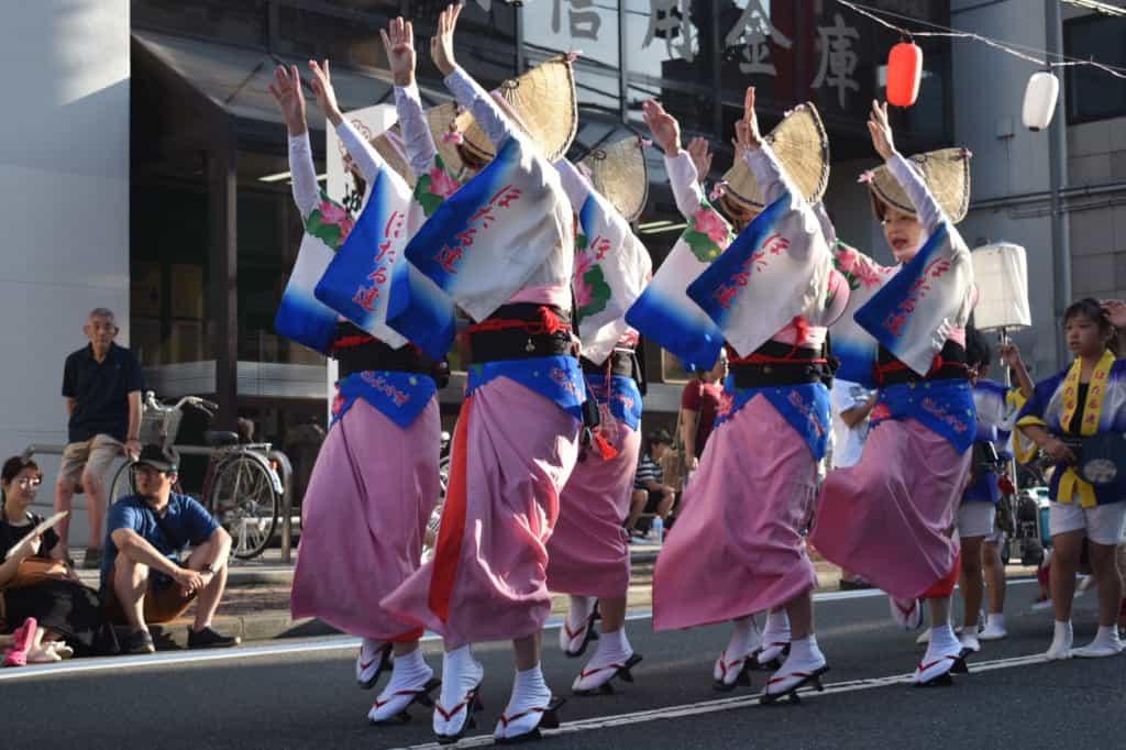 Danseuses dans les rues de Yamato pour l'Awa Odori