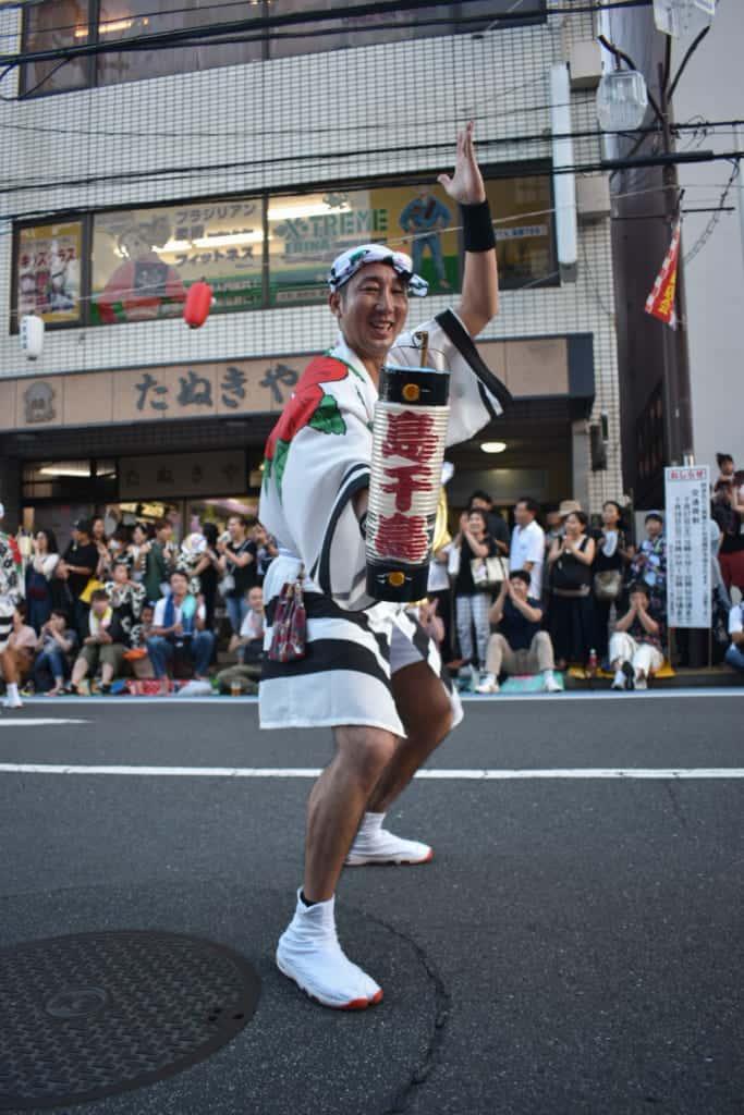 Un danseur dans la rue à Yamato durant l'AwaOdori