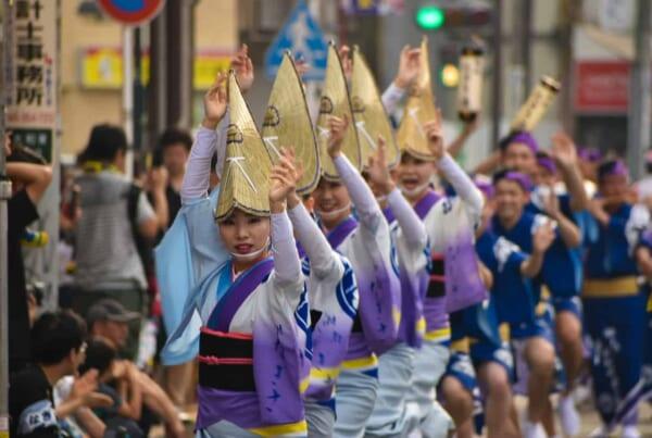danseuses en kimono durant le festival Awa Odori à Yamato