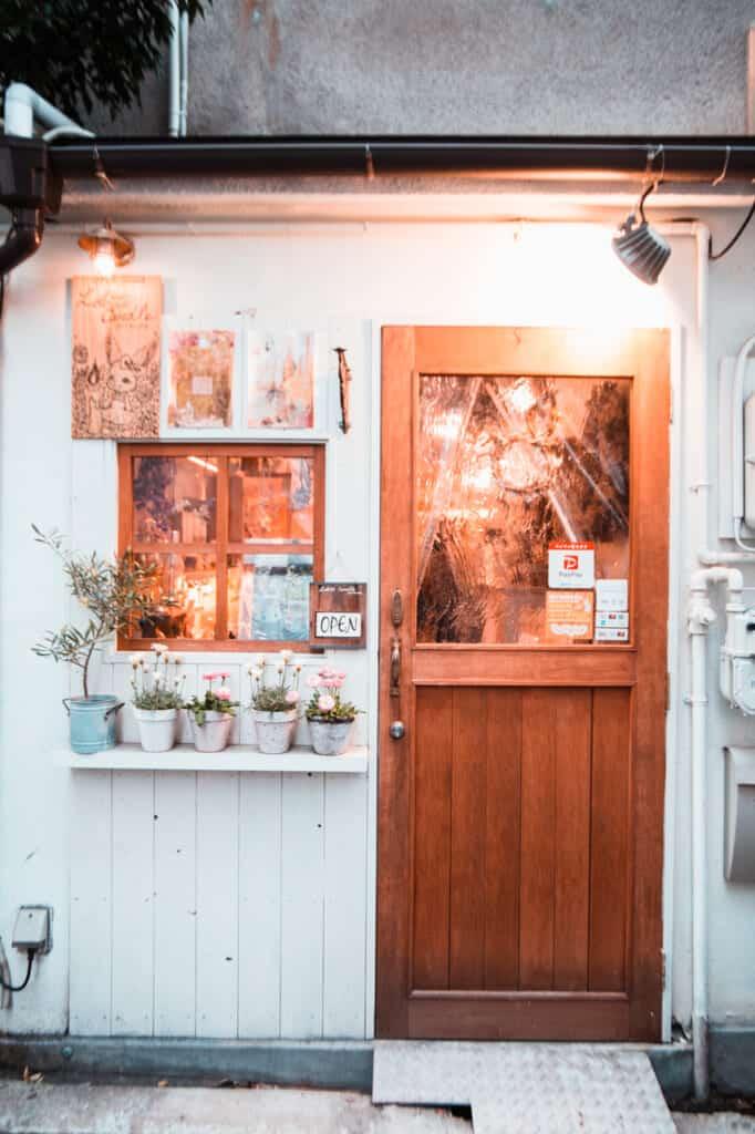 l'entrée d'une boutique de bougies artisanales dans le quartier de nakazakicho