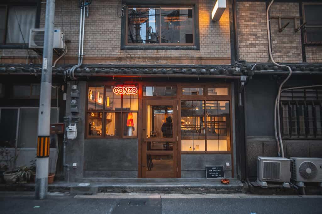 salon de coiffure japonais aux allures vintage à osaka