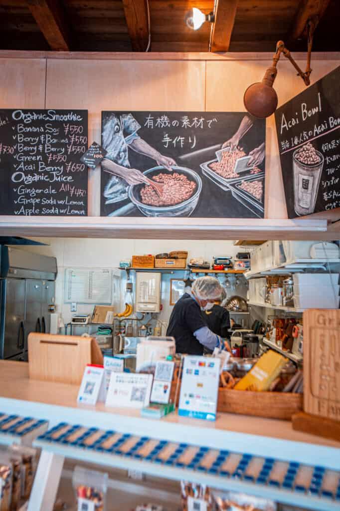 le comptoir d'un café japonais à osaka