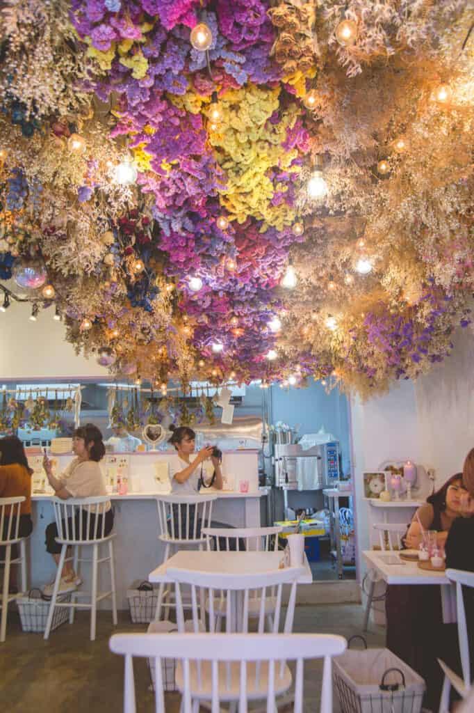bouquet de fleurs séchées au plafond d'un café de nakazakicho, à osaka