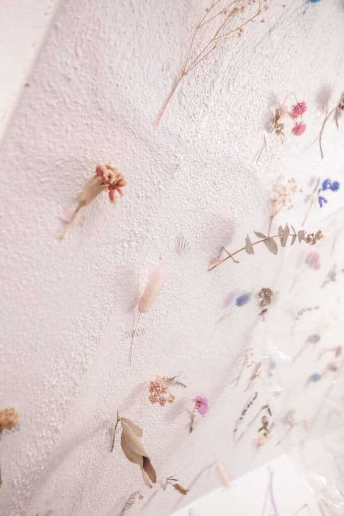 des fleurs séchées sur le mur du café picco latte à nakazakicho