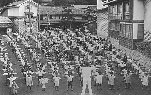 Des japonais faisant des exercices de gymmnastique dans la rue en 1930