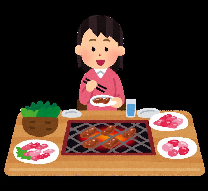 Une femme mange seule dans un restaurant de yakiniku