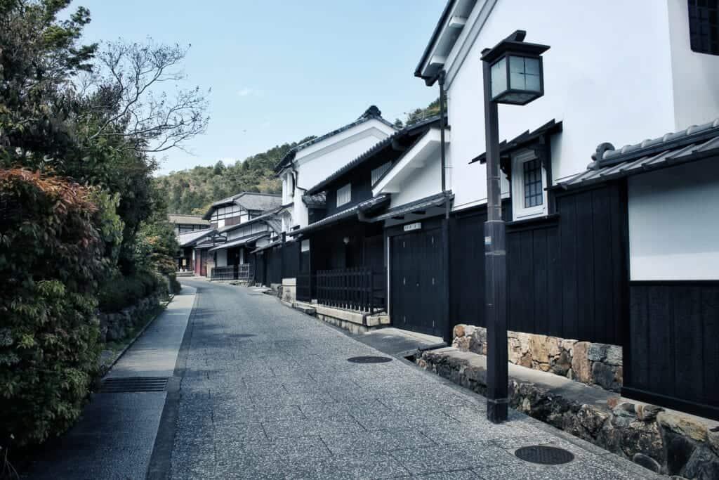 maisons traditionnelles japonaises le long d'une rue historique de kyoto à arashiyama