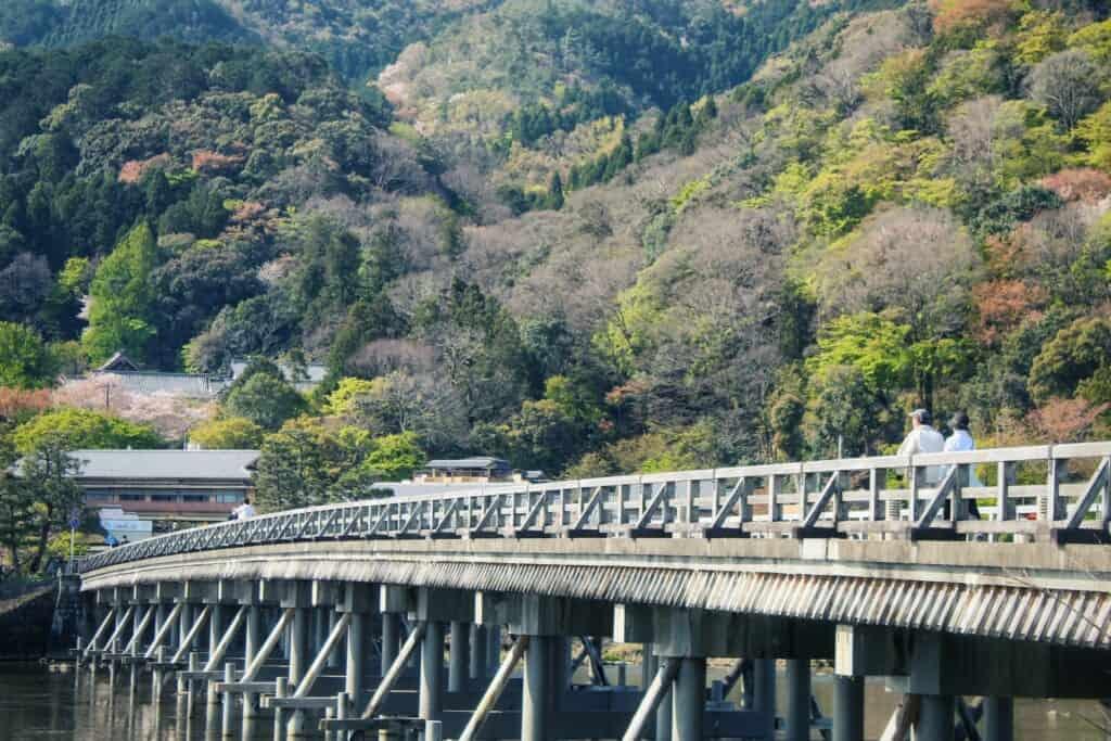 le pont togetsu-kyo à arashiyama, dans la ville de kyoto