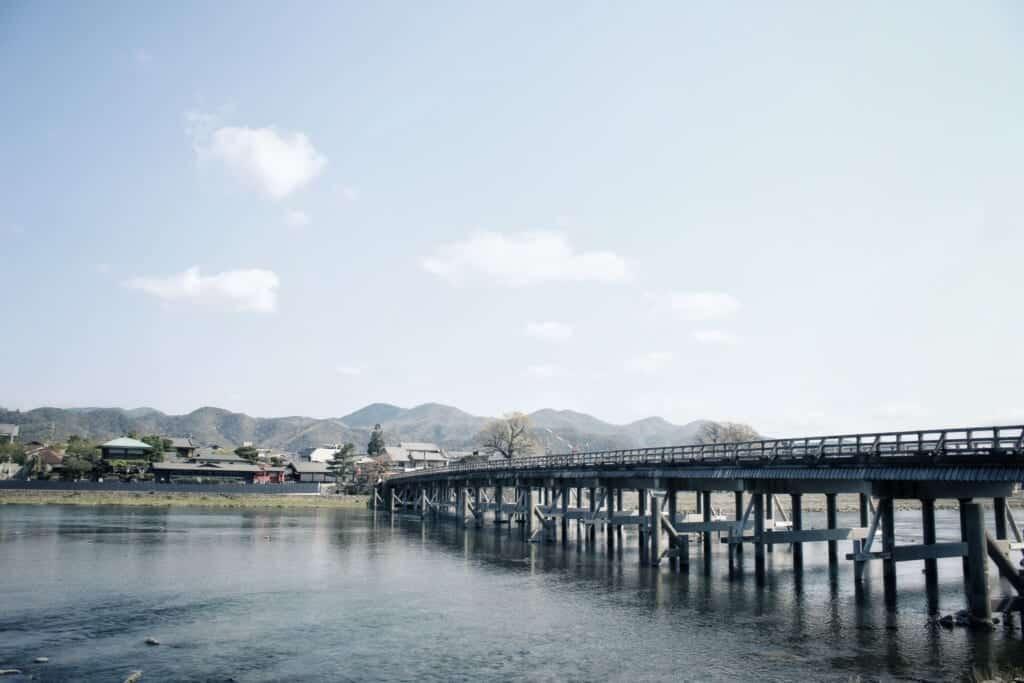 de magnifiques paysages entourent le pont togetsu kyo à arashiyama dans la ville de kyoto