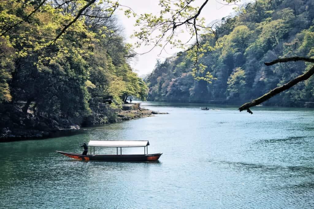 un bateau dans les gorges de rankyo à arashiyama, à Kyoto