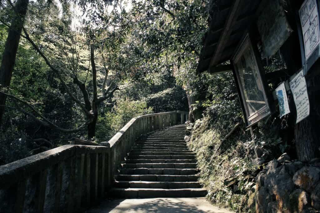 escaliers menant au temple daihikaku senkoji
