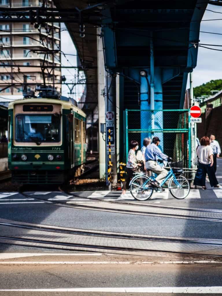 Tramway japonais dans le quartier Oji à Tokyo