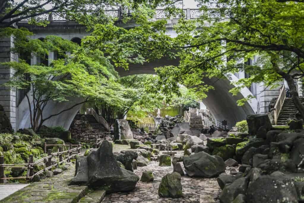 Ruisseau asséché dans un parc japonais